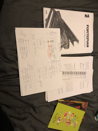 Zestaw nut i materiałów do nauki gry na pianinie