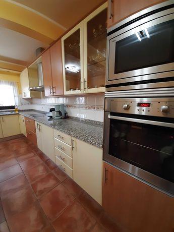 Cozinha completa com eletrodomésticos