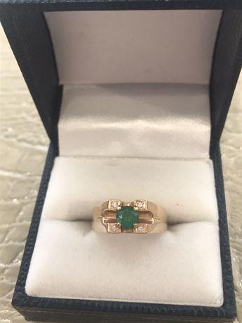 Золотой перстень с бриллиантами и изумрудом (женский)