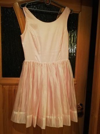 Sukienka z tiulowym dołem. Lekka i zwiewna