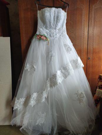 Весільна сукня білого кольору 46-48 розмір фатин, атлас, кружево б/у