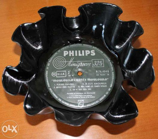Taça feita a partir de um disco de vinil