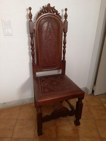Cadeira em madeira e couro