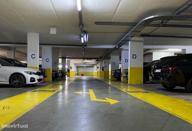 Lugares de garagem em parque de estacionamento privado