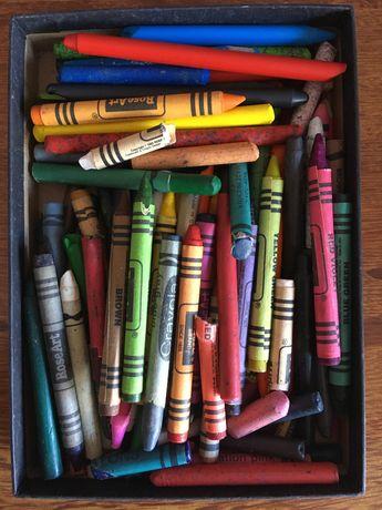 Caixinha com diversos lápis de cera