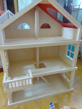 Деревянные домик для кукол с м белью для кухни и с семьёй б/у