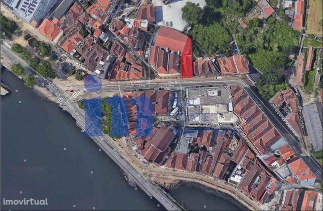 Prédio na Restauração a 50metros do Rio Douro