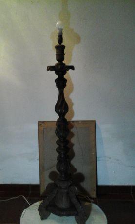 Candeeiro de pé alto em madeira trabalhada,antigo.