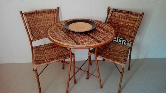 Mesa com duas cadeiras em verga e ferro