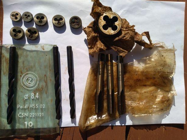 Zestaw starych narzędzi stara produkcja wiertło gwintownik Narzynki