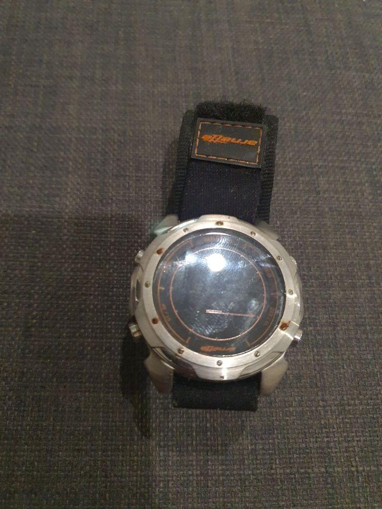 Relógio Arnett com bracelete velcro, e números com as cores invertidas