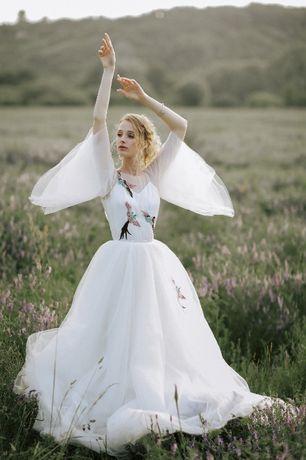 Красивое дизайнерское свадебное платье с птицами