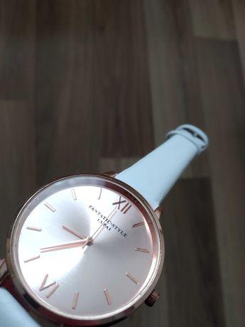 Zegarek z białym skórzanym paskiem