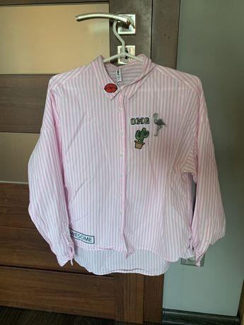 Oversizowa koszula w biało-różowe paski i naklejki New Yorker.