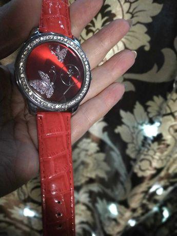 Женские наручные часы с лаковым ремешком и камнями