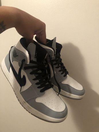 Air Jordan 1 Mid Light Smoke Grey Novas