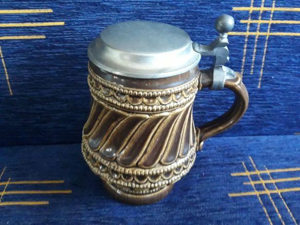 Niemiecki duży ceramiczny szkliwiony kufel do piwa z pokrywką - (nr.5)