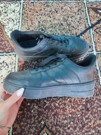 Продам женские кроссовки в отличном состоянии