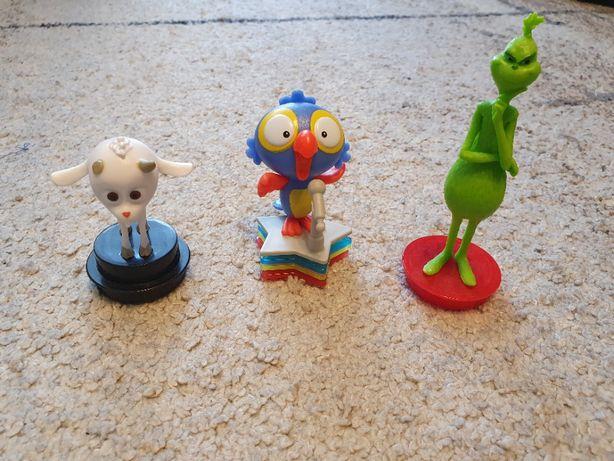 Trzy zabawki-figurki do oddania