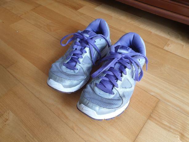 Sportowe srebrne damskie buty Nike w dobrym stanie