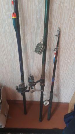 Удочки для рыбалки готовы к рыбалке
