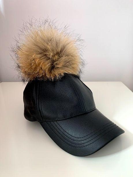 czapka z daszkiem skórzana pompon