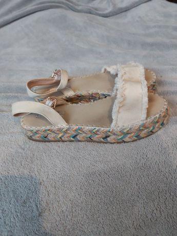 Sprzedam piękne sandałki na platformie