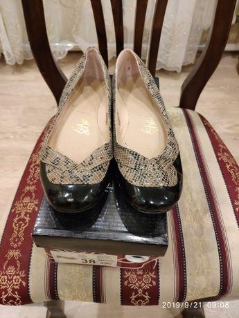 Туфли из мокрой кожи с шагреневыми вставками, 38 р.