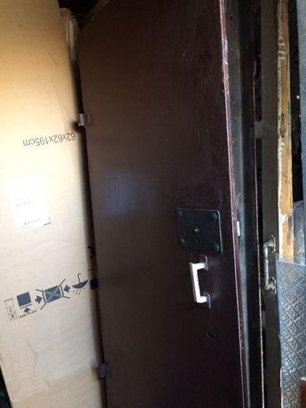 Металлическая,железная дверь.