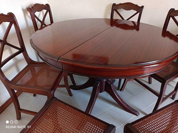Mesa de jantar redonda em cerejeira com 6 cadeiras.