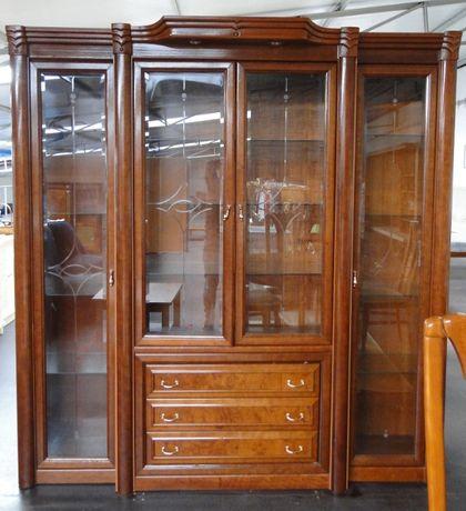 Móvel de sala / cristaleira em madeira com gavetas e prateleiras em vi