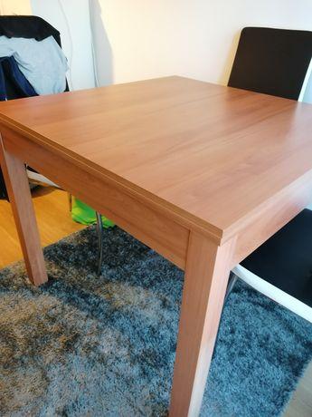 Mesa extensível e ofereco 4 cadeiras