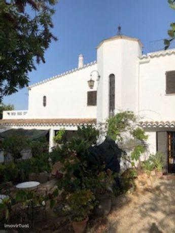 Propriedade c/ casa principal, anexo, 2 garagens e 3.704 m2 de terreno