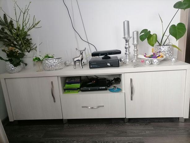 Komplet pięknych białych mebli do salonu