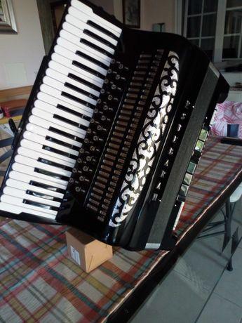 Um acordeon Brandon/Estebaran Cassoto Duplo