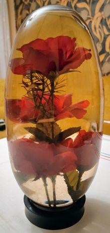 Szklany wazon z różami