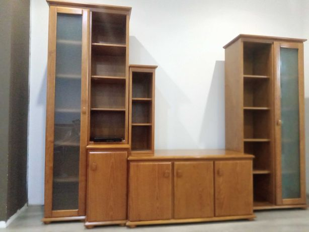Móvel sala com estantes e vitrine