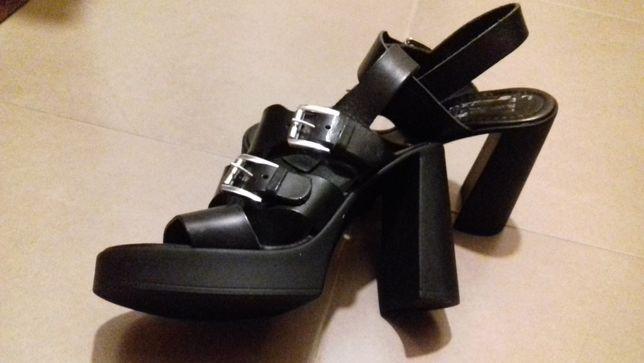 Sandálias lindas todas em pele , tamanho 36,