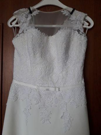 Śliczna suknia ślubna z koronką