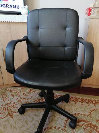 Fotel obrotowy czarny