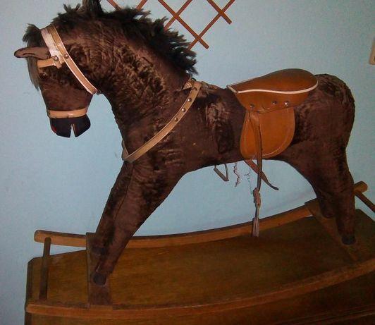 Koń konik na biegunach