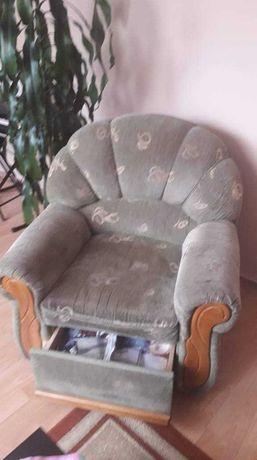 Komplet wypoczynkowy: rozkładana  sofa i fotel.
