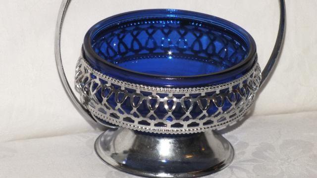 Cukiernica ma piękne ciemokobaltowe okrągłe szkło