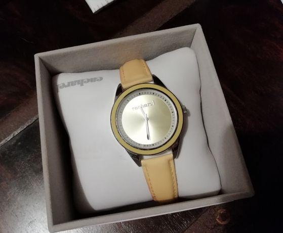 Relógio DKNY vermelho e Cacharel amarelo
