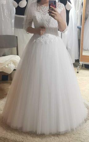 Suknia ślubna z zdobieniami