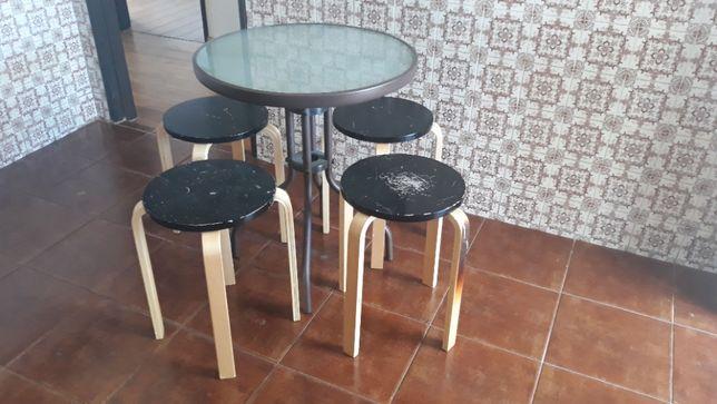 Mesa e 4 bancos
