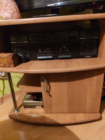 Drewniana szafka pod TV w kolorze orzech