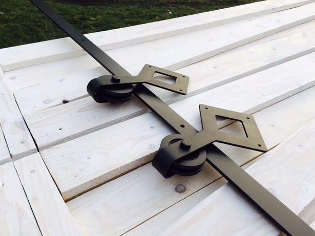 Rustykalne kute systemy przesuwne typu Barn Doors do drzwi