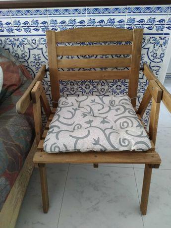 cadeira de jardim em madeira com almofada