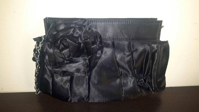 Czarna elegancka torebka z kwiatem
